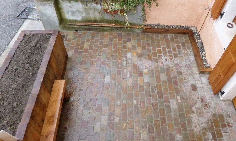 une petite terrasse en pavé naturel rectangulère