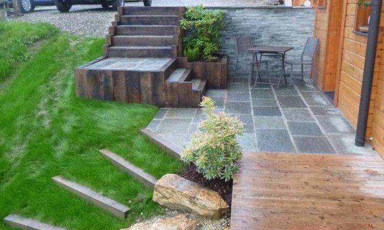 aménagement entrée de maison bois et pierre