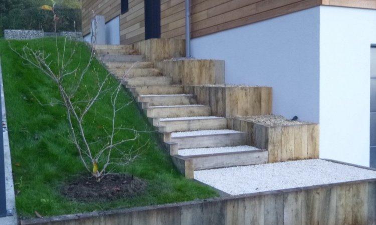 escalier poutre chêne et ses jardinières le long de la façade