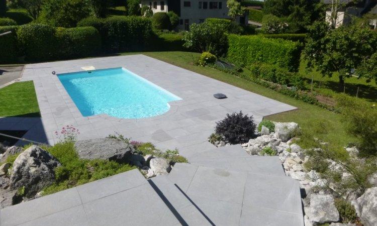 terrasse en grès ceram autour d'une piscine